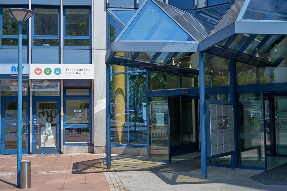 Zahnärztin Eschborn - Beate Korus - Eingang Gebäude